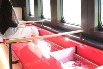 山形新幹線の車内で「足湯」が楽しめる「とれいゆ」