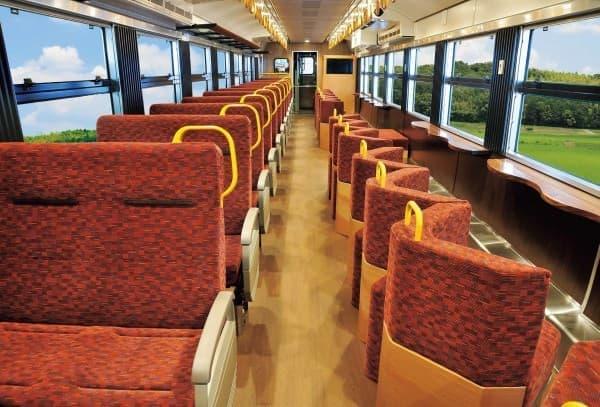内装イメージ、木目張りの床や窓を望める座席が特徴だ