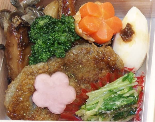 焼き物に見えるのはレンコンしんじょと雑穀を使った料理