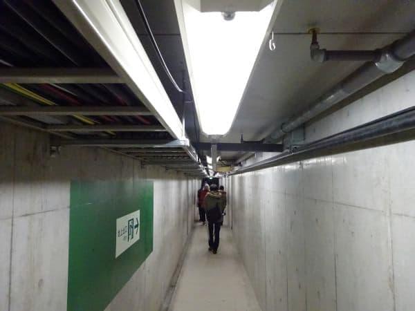 天井の低い、狭い通路が続く箇所では、若干の不安を覚えます