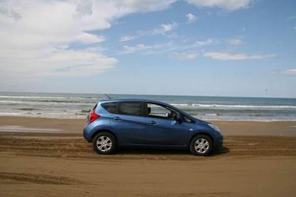 砂浜をドライブできる『千里浜なぎさドライブウェイ』