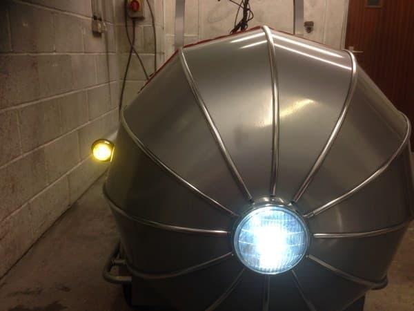 ヘッドライトはハイビームとロービームの切り替えが可能