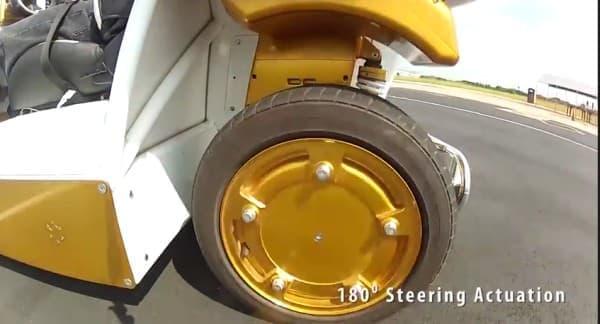 ホイール内にモーターを組み込んだことで  これまでのクルマとは異なった走行が可能に