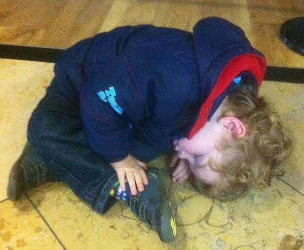 参考画像:お出かけ中に疲れて寝落ちした子ども  こうなると、もう歩けない