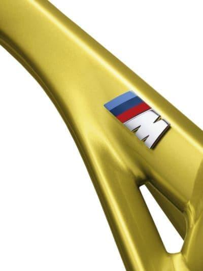 フレームにデザインされた「BMW M」ロゴ