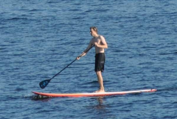 参考画像:パドルで漕ぐサーフィン「スタンドアップパドルサーフィン」  「矢切の渡し」のようでもあります