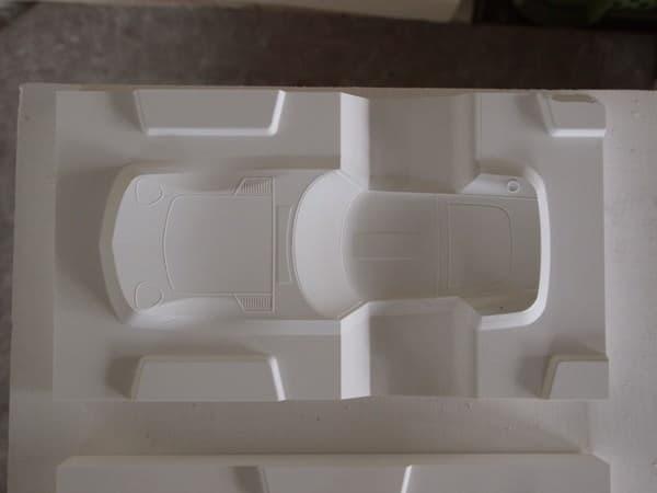 NC 加工で石膏型を削り出す