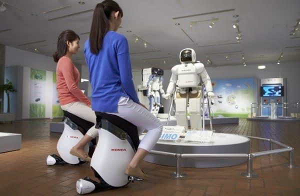 「UNI-CUB β」は、「ASIMO」に代表される  ヒューマノイドロボット研究から生まれたパーソナルモビリティー