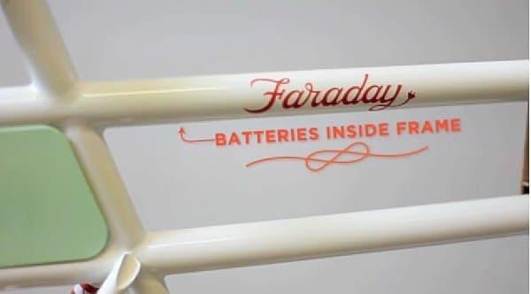 バッテリーはフレーム内部に