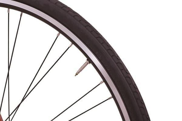 タイヤには700×28C タイヤ&仏式バルブを採用  空気圧調整が容易