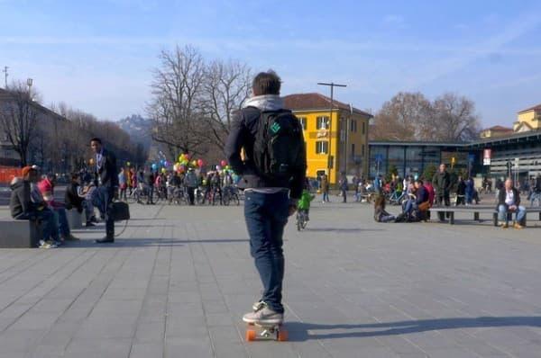 通常のスケートボードとして走行することも可能