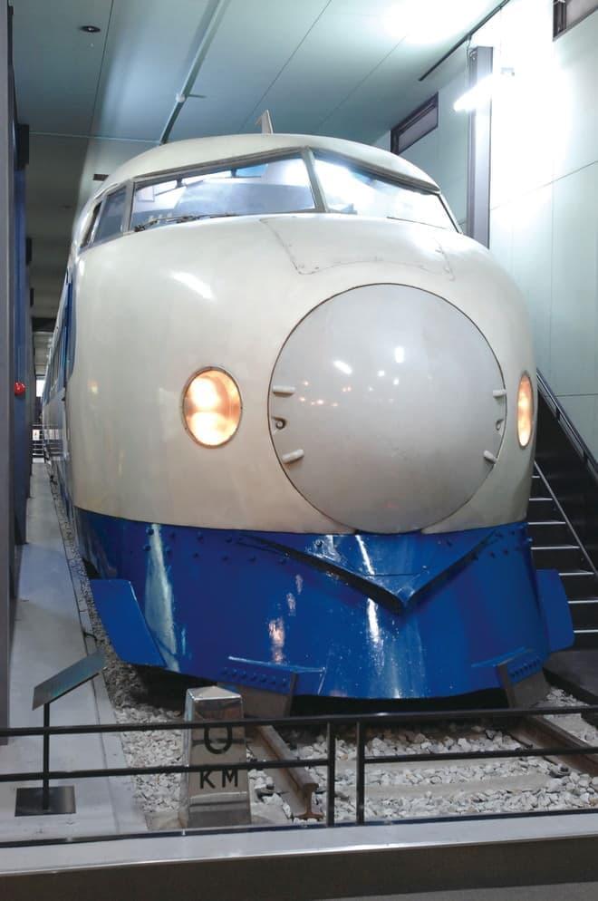 プロムナードに展示する 0系21形1号車