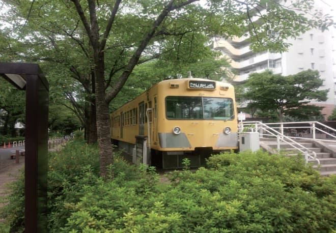 団地の木立の中にたたずむ電車図書館(写真提供:東村山市)