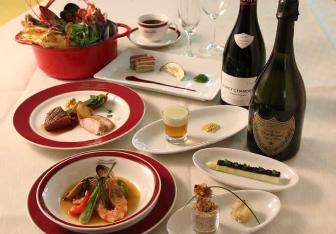 夕食は海の幸が中心(写真提供:JR 西日本)