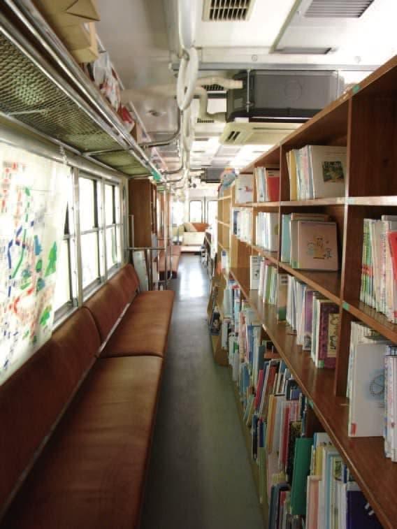 電車の座席もそのままに本棚がずらり(写真提供:東村山市)