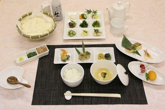 1日目の昼食。列車内で作る豆腐が気になるところ(写真提供:JR 西日本)