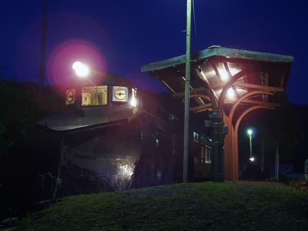 暗闇に浮かぶ大夕張鉄道の「鉄人」(提供・三菱大夕張鉄道保存会)