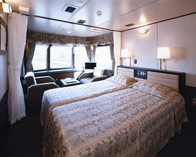 列車内には1泊2日(写真提供:JR 西日本)