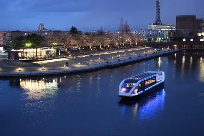 夜の運河がコンサート会場に