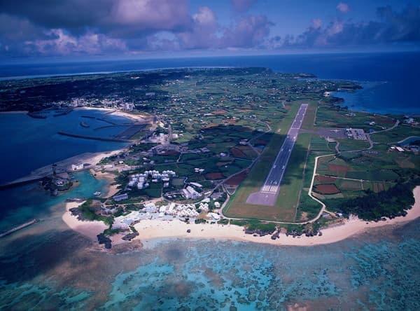 立ち寄り先の1つ、与論(ヨロン)島、色鮮やかな海の青と島の緑