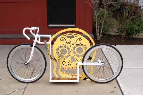 スケートボードだが、自転車用駐輪スタンドを利用可能