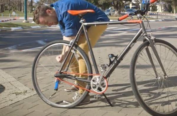 自転車に空気を入れるときには、地味なポンピングを強いられる