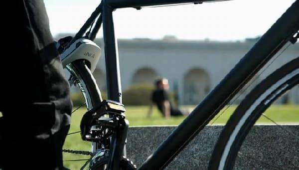 誰かが自転車を盗もうとすると