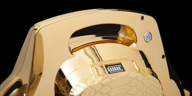表面は純金メッキ  サイド部分は金色のニシキヘビの皮で装飾されている