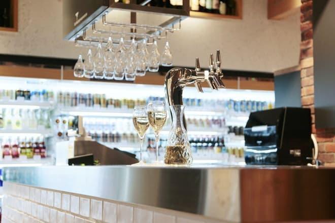 ル・コリエの有料テイスティングコーナー。10杯1度に飲むのはやめておこう