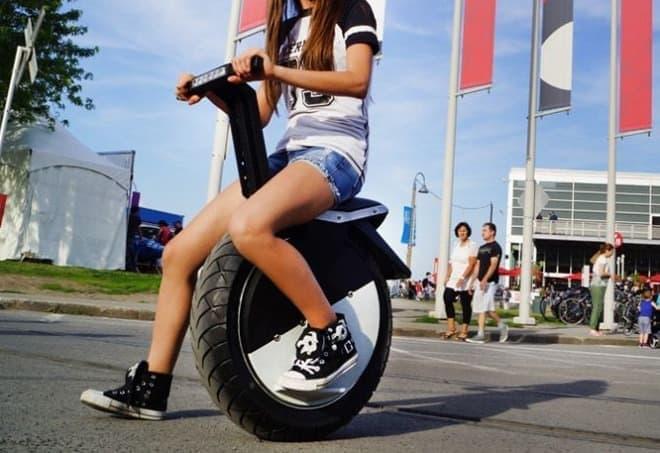 一輪なのに倒れない電動バイク「MOTO POGO」