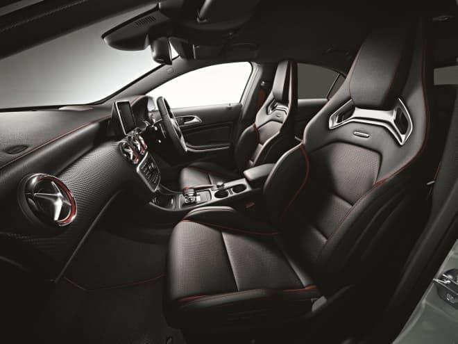 ダイナミックなドライビングをサポートする AMG パフォーマンスシートと、  AMG パフォーマンスステアリング