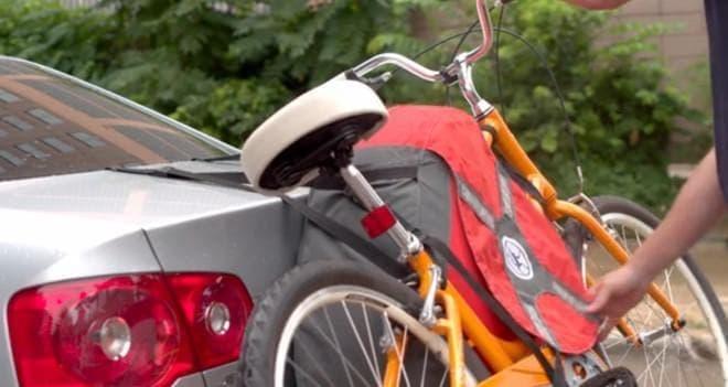 膨らんだら「TrunkMonkey」をクルマに装着し  自転車を取り付け