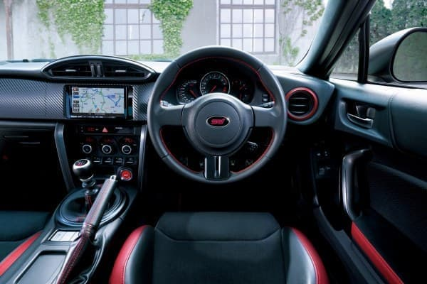 インテリアではSTI専用設計「RECARO製バケットタイプシート」や専用スポーツメーターを採用