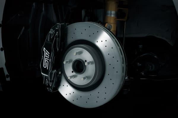STI製brembo 17インチ対向4ポットフロントベンチレーテッドディスクブレーキ (STIロゴ入り)