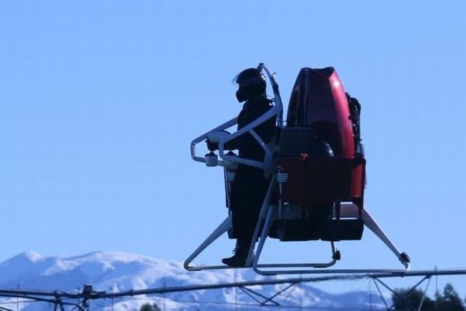 高さ1,000メートルまで上昇し、最高速度74キロで飛行できます