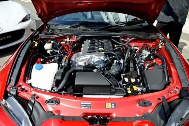 マツダのエンジンは傾けて設置してあるけど、なぜ?(c) Mazda 2015