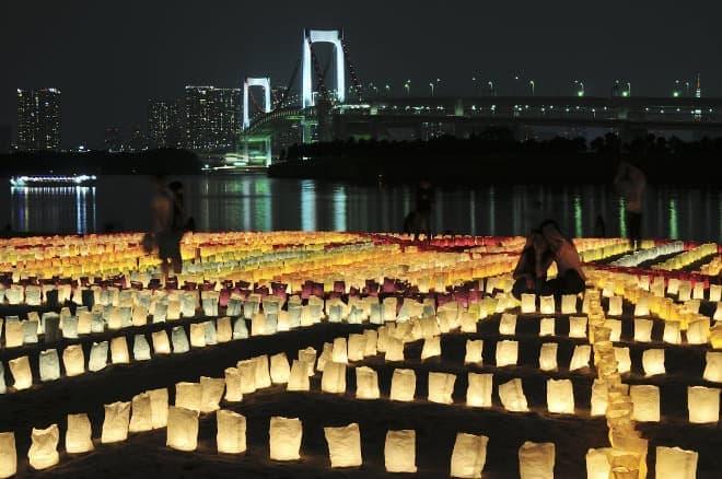 紙のランプを並べて、夜の港に絵を描こう(写真提供:東京港埠頭、撮影:真島香氏)