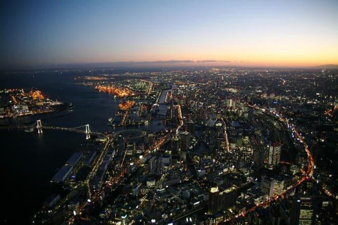 美しい街の灯りを眺め