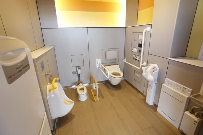 家族が一度に使える?斬新な「家族トイレ」も登場(写真提供:NEXCO東日本)