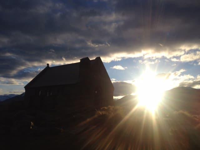 朝日を浴びる善き羊飼いの教会