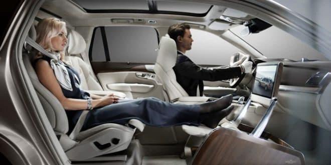 参考画像:後部座席の人が足を伸ばして座れる「Lounge Console」
