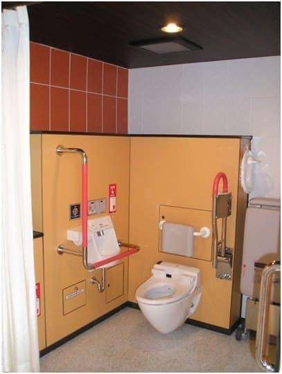 多機能トイレ。大型ブースとはまた機能が違います(写真提供:NEXCO東日本)