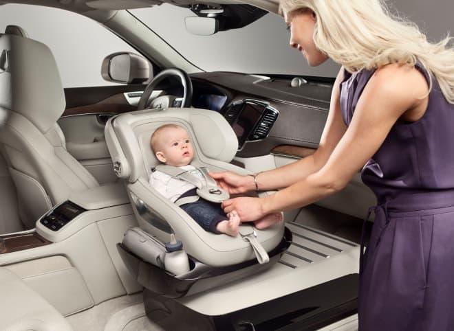 「Excellence Child Seat」では、チャイルドシートは助手席の位置に設置されるため  子どもの乗せ/降ろしが楽になる