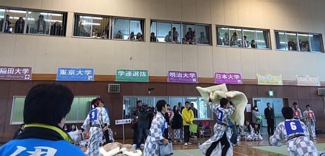 今年の全国大会には早稲田大学や慶応大学など  「全日本大学まくら投げ連盟」に加盟するチームの他  「学連選抜」チームも出場した