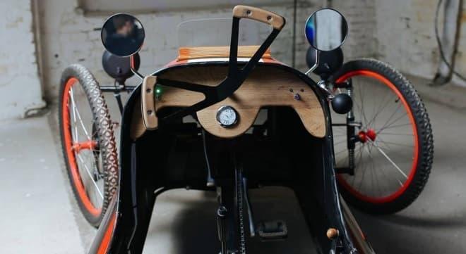 「PICAR」の内装  こうしてみると、確かに自転車だ