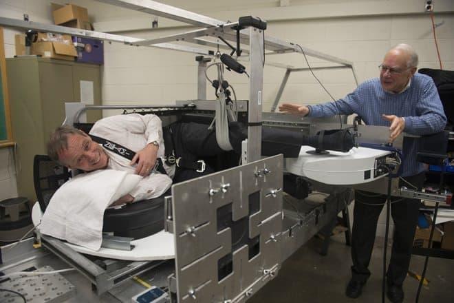 人工重力発生装置を試すスウェーデンの宇宙飛行士クリステル・フォーグレサング氏  (写真右はMIT教授のLaurence Young氏)