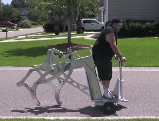 Izzy Swanさんが製作した電動ドリルの力で歩く(?)乗り物