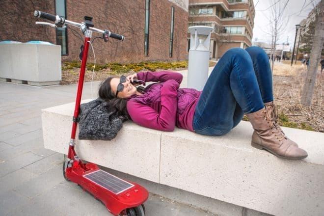 太陽電池で発電し、その電力で走行する電動キックスケーター「Photon」