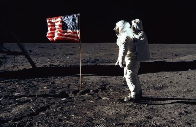 宇宙服を着用して月面を歩く宇宙飛行士バズ・オルドリン氏の画像  撮影はニール・アームストロング氏