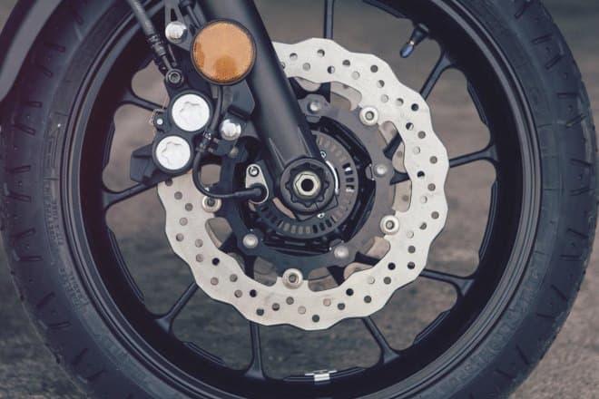 フロントの油圧式ダブルディスクブレーキ